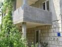 Apartmani su dio obiteljske kuće smještene u mirnom dijelu Dubrovnika blizu Starog Grada. Kuća, okružena zelenilom i cvijećem, i lako je dostupna auto