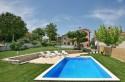 Kuća se nalazi u središnjoj Istri svega 2,5 km od grada Motovuna. Nalazimo se podno Motovuna, okruženi vinogradima s kojeg se pruža prekrasan pogled n