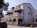 U naše dvije kuće u centru Orebića nudimo Vam smještaj u urednim i kvalitetno uređenim sobama,  studio-apartmanima i velikim apartmanima po pristupačn