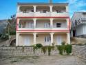 Apartman A1 (4+1)je novouređeni apartman s pogledom na more.  Apartman je klimatiziran i ima dvije sobe, kuhinju i kupaonicu