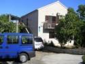 Komforan klimatiziran apartman u prizemlju kuće okružene velikim mediteranskim vrtom . Apartman ima vlastiti ulaz i terasu za sjedenje koju koriste sa